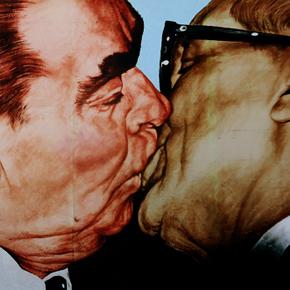 """""""Bruderkuss"""" Il bacio fra Erich Honecker e Leonid Brežnev di DmitriVladimirovich Vrubel"""